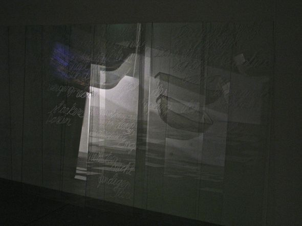Glass sheets with tekstfragments from Rilke´s Duineser Elegien on the walls of the room. Reflections of the boats in them